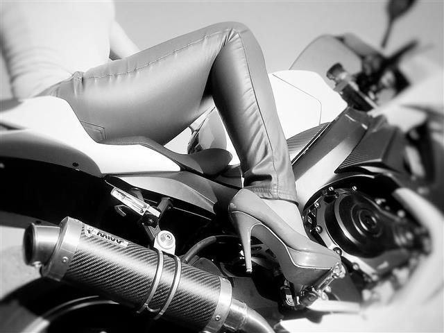 Hübsche Motorrad Fahrerein sucht Freundschaft plus